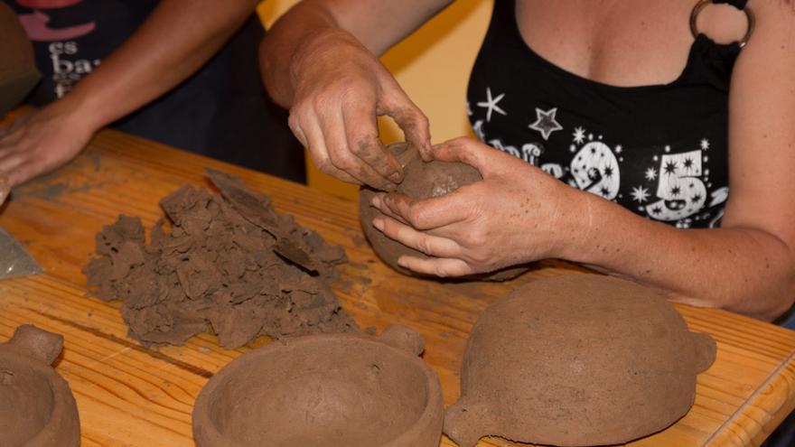 Una alfarera trabaja una pieza de barro en El Cercado