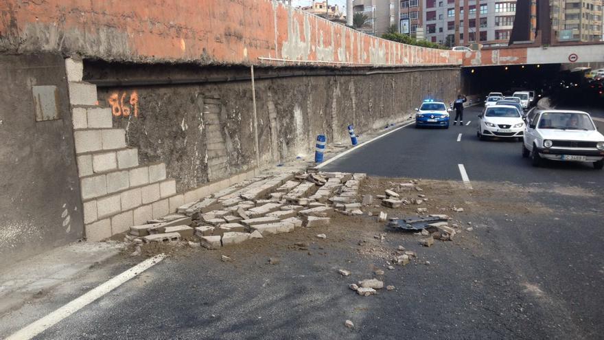 Derrumbe de parte de un muro en Las Palmas de Gran Canaria. (TWITTER POLICÍA LOCAL)