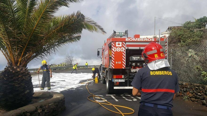 Los bomberos tuvieron que limpiar la vía con aceite especial. Foto: BOMBEROS LA PALMA