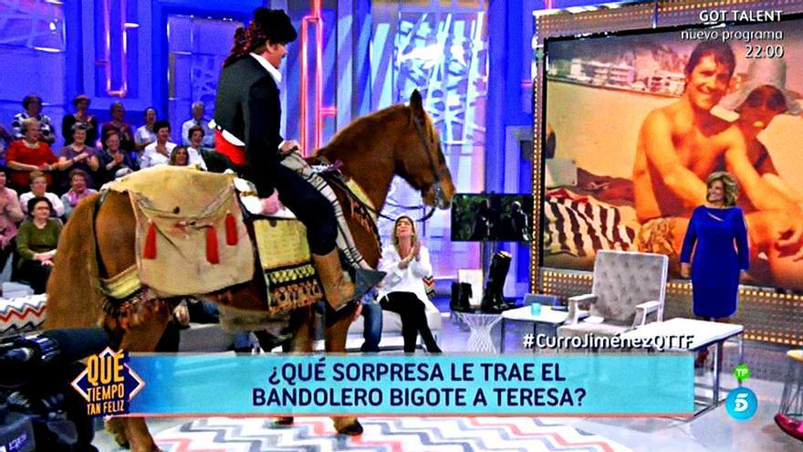 Bigote simula una caída del caballo en 'Qué tiempo tan feliz'