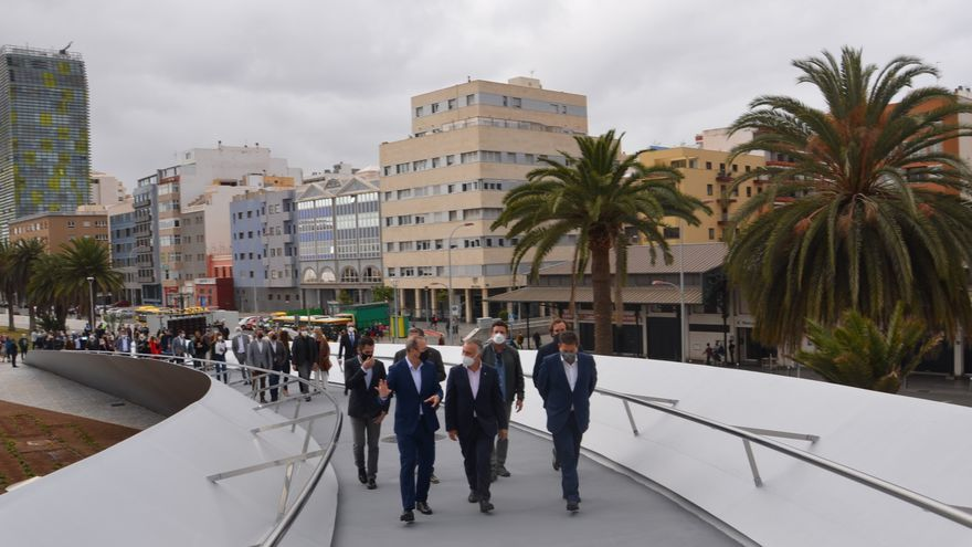 La pasarela peatonal 'Onda Atlántica' ya une las dos orillas del istmo de la capital grancanaria