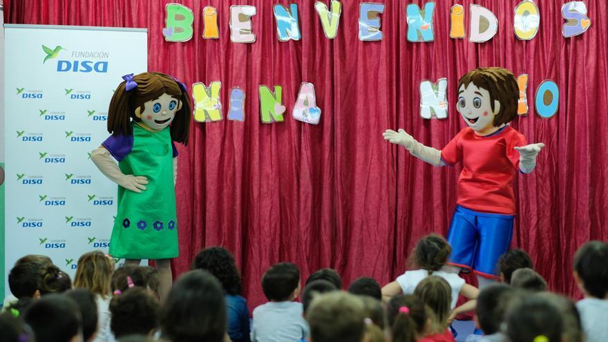 Alumnos  y Alumnas de entre tres y seis años del CEIP Princesa Arecida recibieron la visita de los personajes 'Nino y Nina'  que forman parte del proyecto 'Promoción de Habilidades Tempranas'.