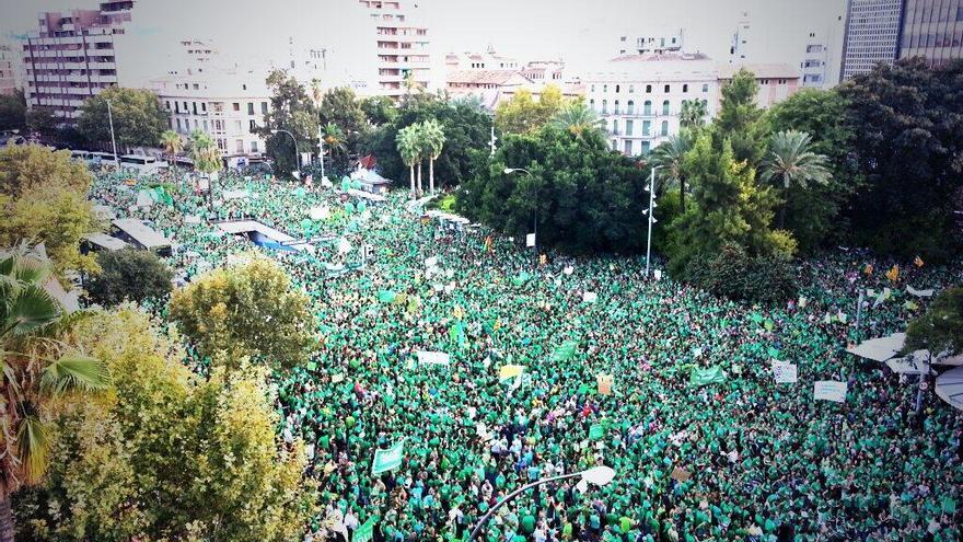 Las tomas aéreas reflejan la gran asistencia a la protesta contra el Gobierno balear / Marga Mas