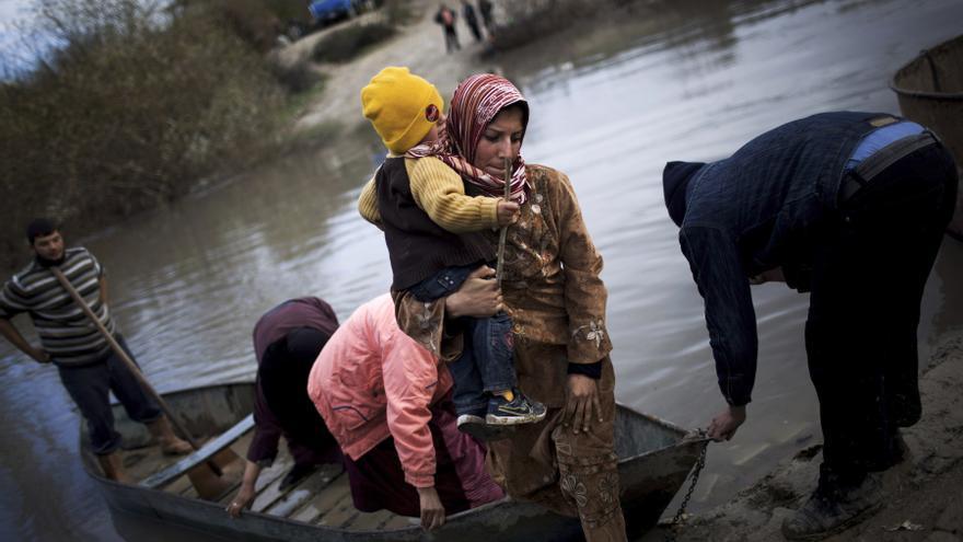 Refugiados sirios cruzan de Siria a Turquía a través del río Orontes, cerca de la ciudad de Hacipasa, Turquía. Esta es una de las fotografías galardonadas con el premio Pulitzer (8 de diciembre de 2012) / AP PHOTO. MANU BRABO
