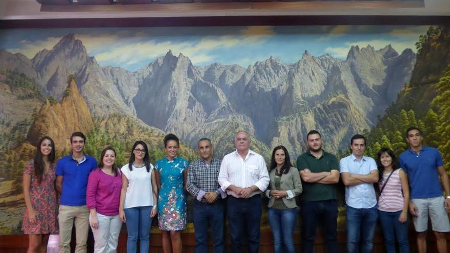 Carlos Cabrera (centro), con los diez jóvenes ingenieros palmeros.