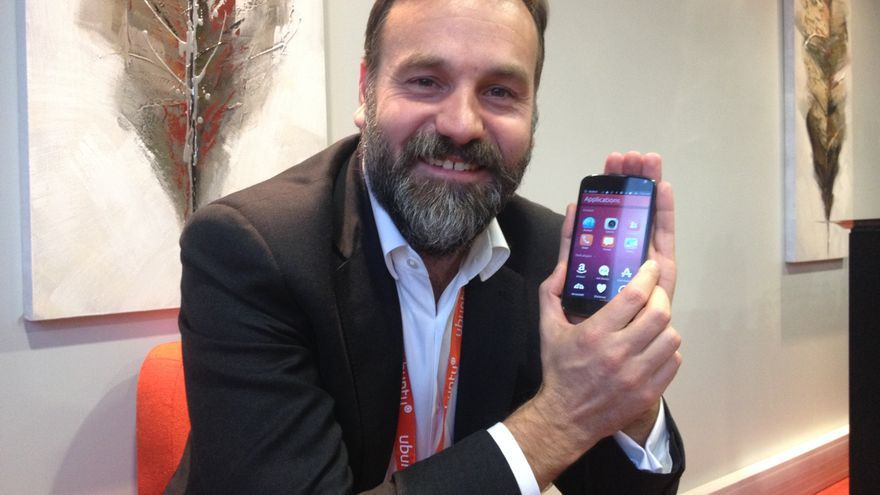 Mark Shutterworth muestra Ubuntu for phones en su teléfono