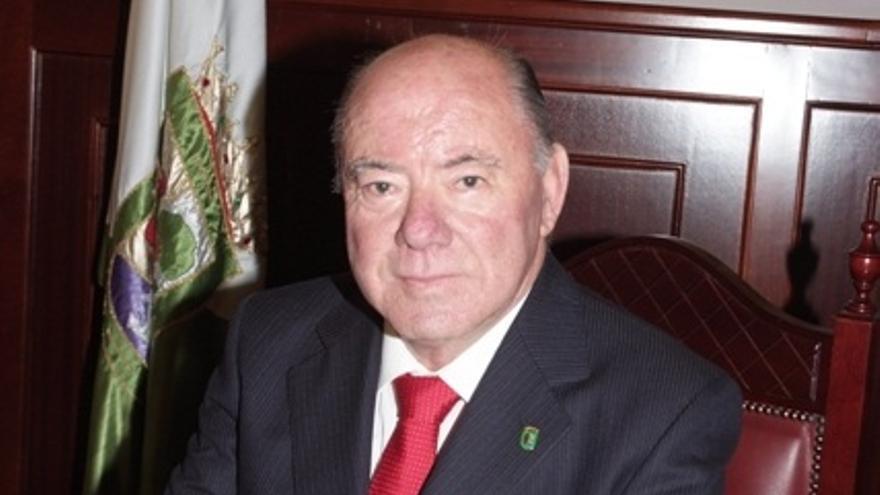 El alcalde de El Rosario, Macario Benitez.