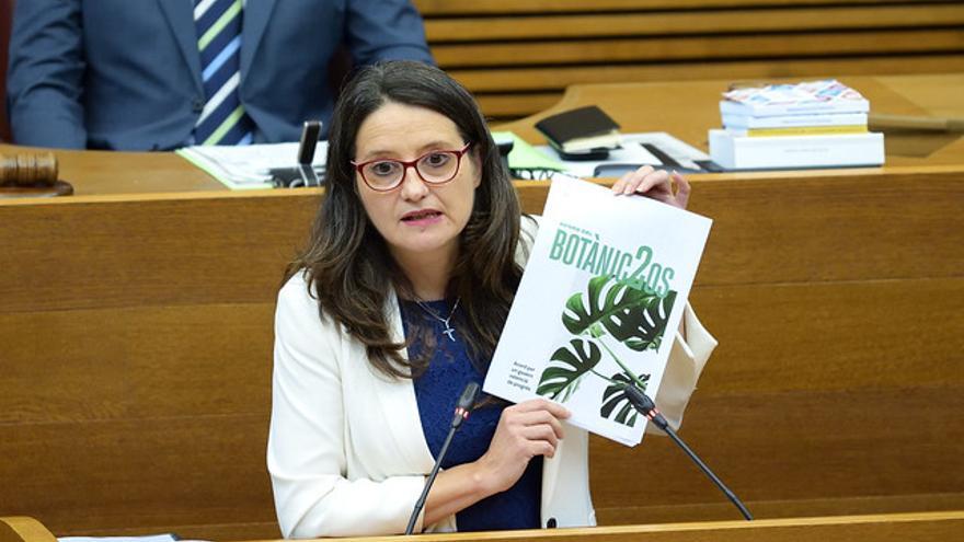 Mónica Oltra, durante su discurso, sostiene el segundo Acuerdo del Botánico