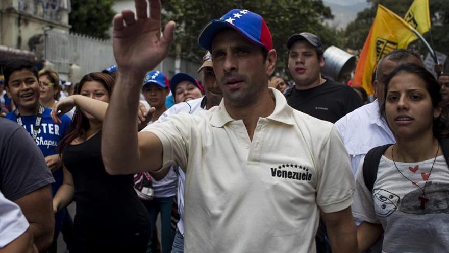 Policías lanzan un bote de gases lacrimógenos contra Capriles en Caracas