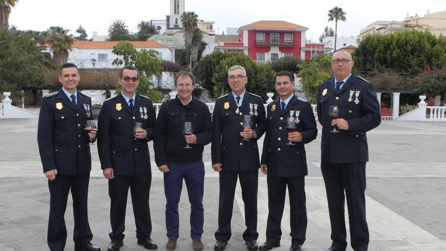 El alcalde, Sergio Rodríguez, con los cinco agentes distinguidos.