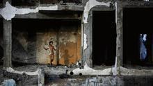 Niña juega a la comba en un edificio destruido en Gaza