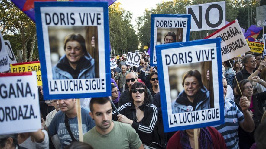 Decenas de personas con carteles y pancartas de recuerdo a la abogada Doris Benegas