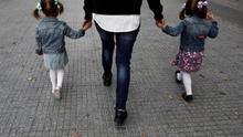 Una madre y sus hijas paseando