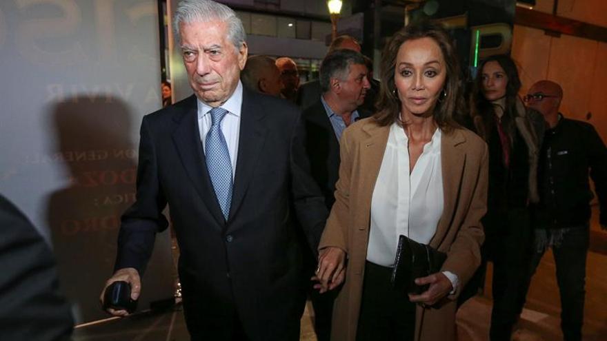 Vargas Llosa e Isabel Preysler, espectadores de un musical en Buenos Aires