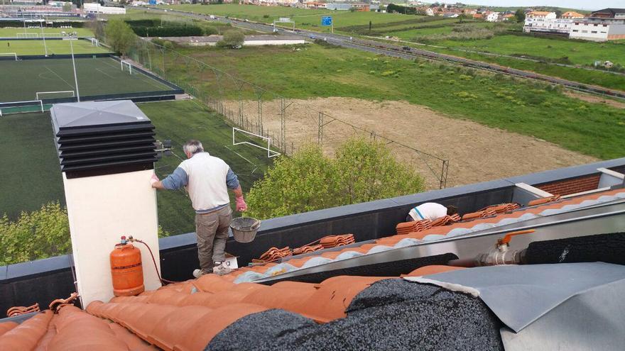 Varios operarios reparando defectos de construcción en una de las promociones de VPO de La Albericia. | RUBÉN VIVAR