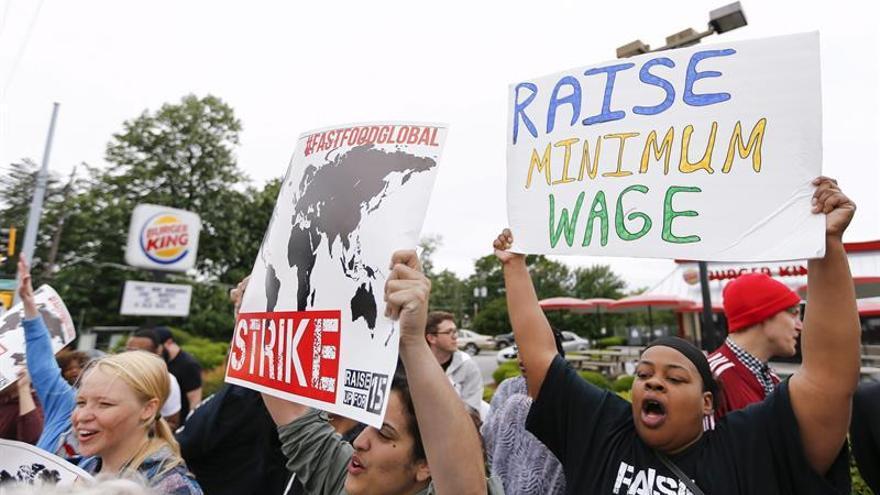Los salarios y los precios siguen subiendo moderadamente en EE.UU., según la Fed