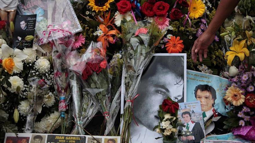 Una eufórica multitud recibe las cenizas de Juan Gabriel en Ciudad Juárez