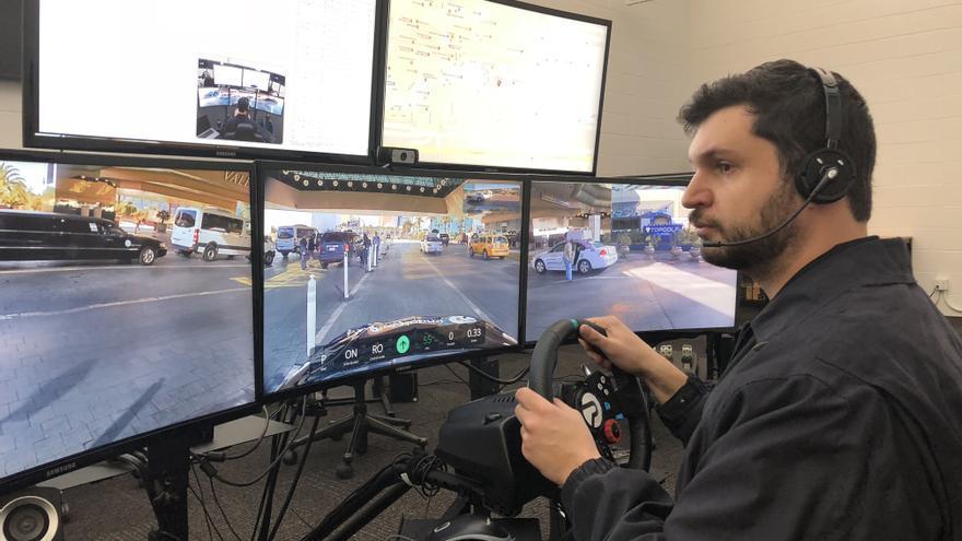 El operador de Phantom Auto conduce desde este control un vehículo situado a kilómetros