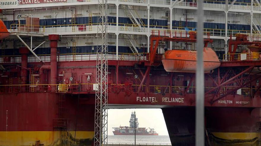 Floatel Reliance (primer término) de bandera de Bermúdas y la West Saturn, de Panamá, permanecen en el puerto de Santa Cruz de Tenerife junto con otras doce plataformas en descanso o reparación.