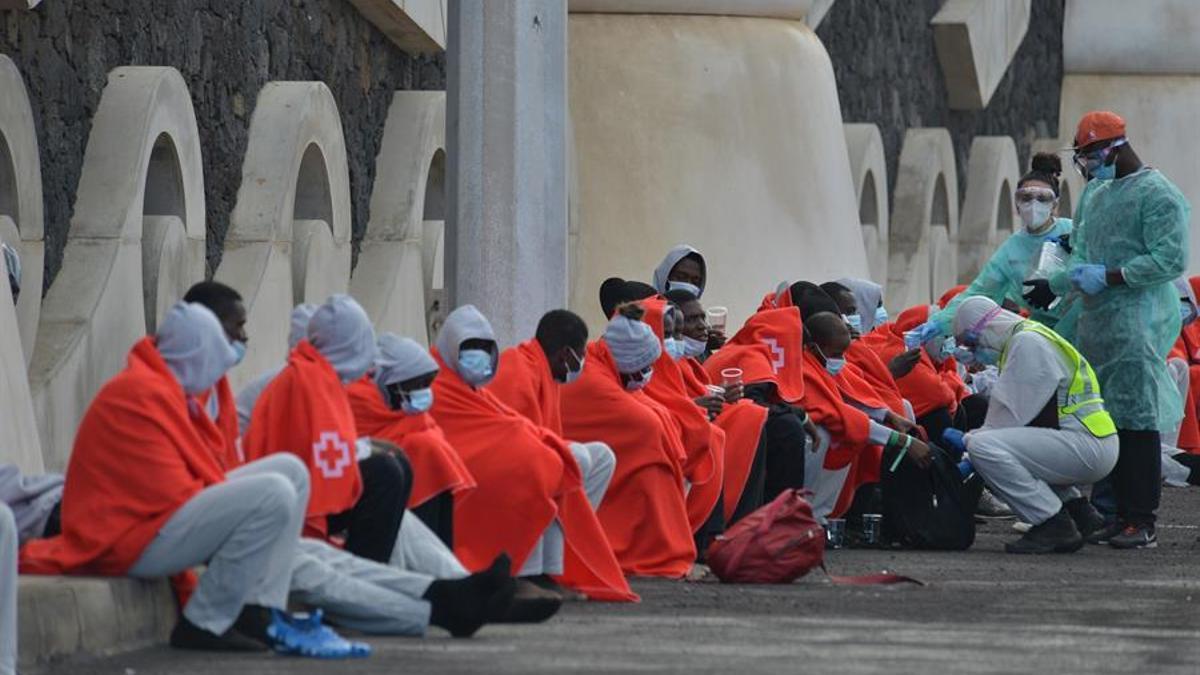 Migrantes llegado al puerto de La Restinga, en El Hierro