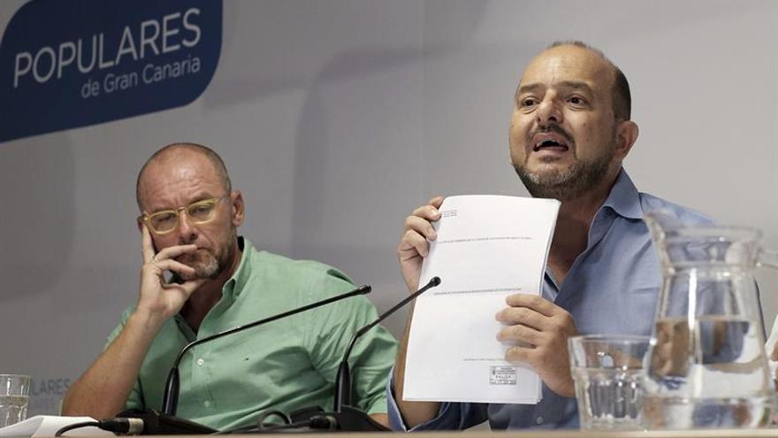 El portavoz del Grupo Popular en el Ayuntamiento de Las Palmas de Gran Canaria y ex alcalde en la anterior legislatura, Juan José Cardona (d).