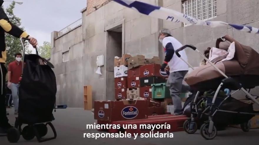 Fragmento del spot preelectoral 'Que hable la mayoría' de Unidas Podemos para el 4M en la que sale una de las 'colas del hambre' de la Fundación Madrina