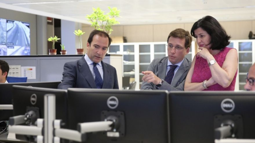 El delegado de Medioambiente y movilidad, Borja Carabante, y el alcalde de Madrid, José Luis Martínez-Almeida.