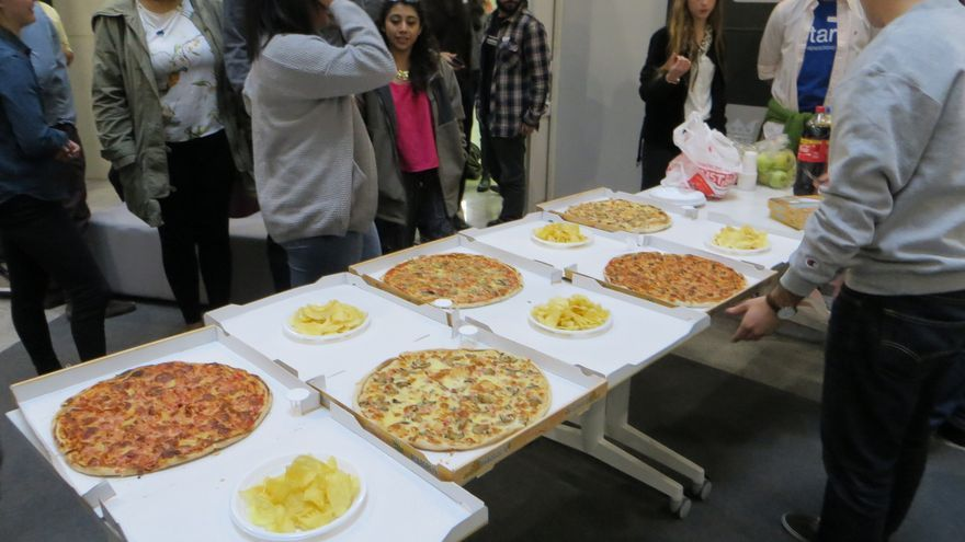 En un evento compraron tanta comida que la tuvieron que regalar entre la gente que pasaba por la calle (Imagen: Hackathon Lovers | Flickr)