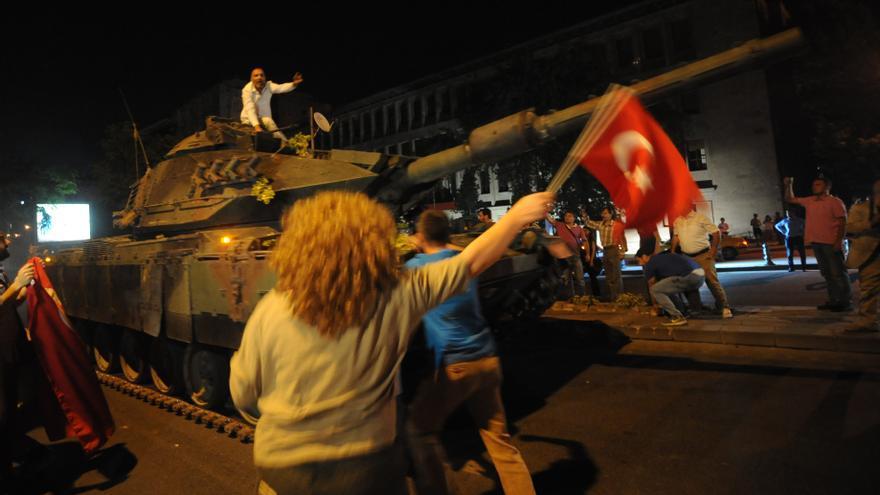 Partidarios de Erdogan toman los taques sacados a las calles por el Ejército durante el golpe de Estado en Turquía / Depo Photos \ EFE