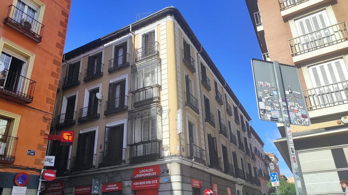 En el centro, el edificio del número 1 de la calle San Roque, haciendo esquina con la calle Luna
