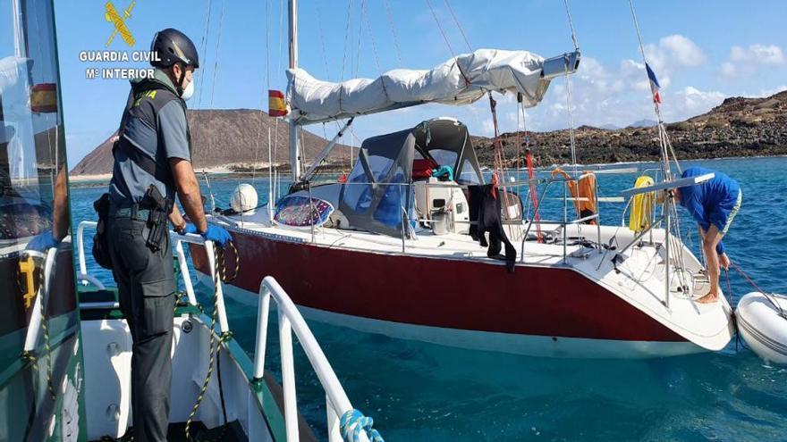 Captura de imagen de un vídeo de la Guardia Civil en el que se auxilia con víveres a dos navegantes de un velero fondeado en Lobos
