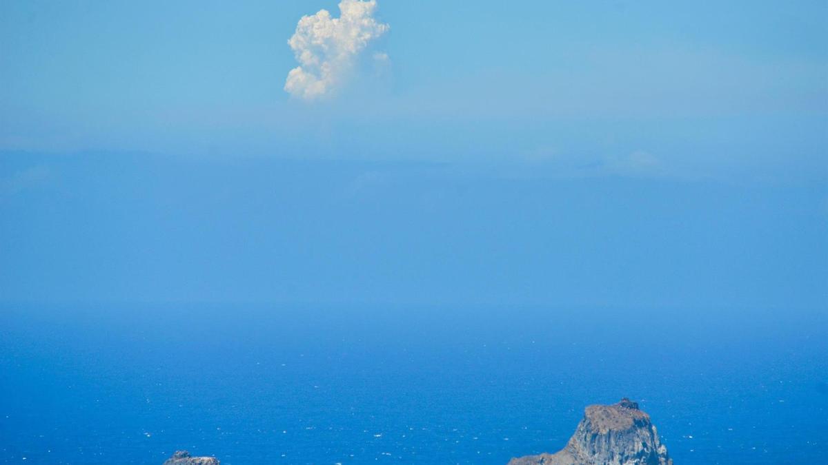 Vista de la columna de humo del volcán de Cumbre Vieja en La Palma, divisada desde el municipio de La Frontera en la Isla de El Hierro.