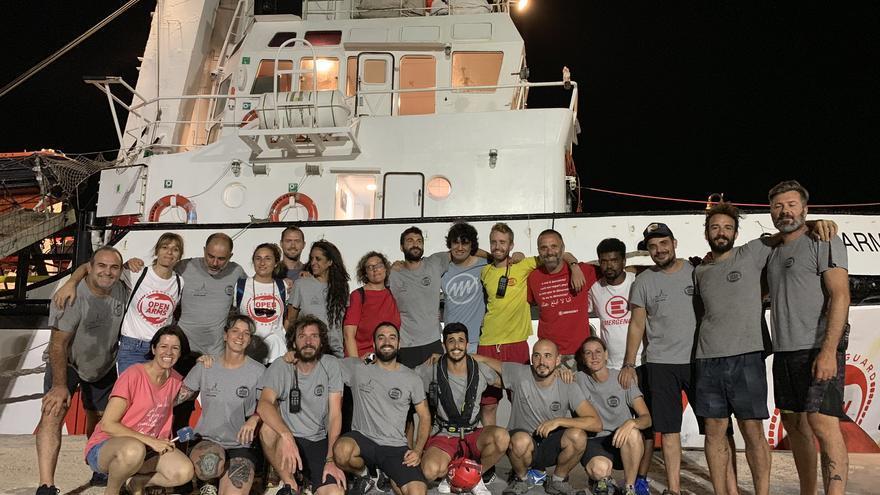 La tripulación del Open Arms tras el desembarco de los migrantes rescatados en Lampedusa.