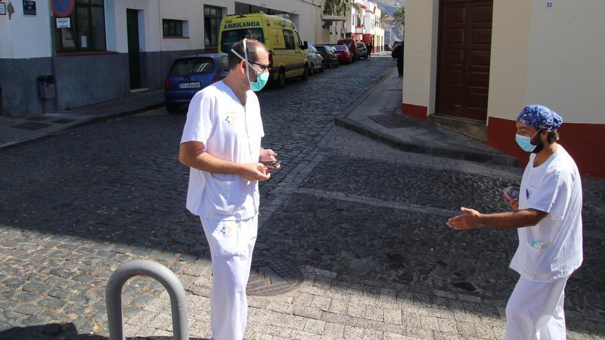 Dos sanitarios del Centro de Salud de Santa Cruz de La Palma.