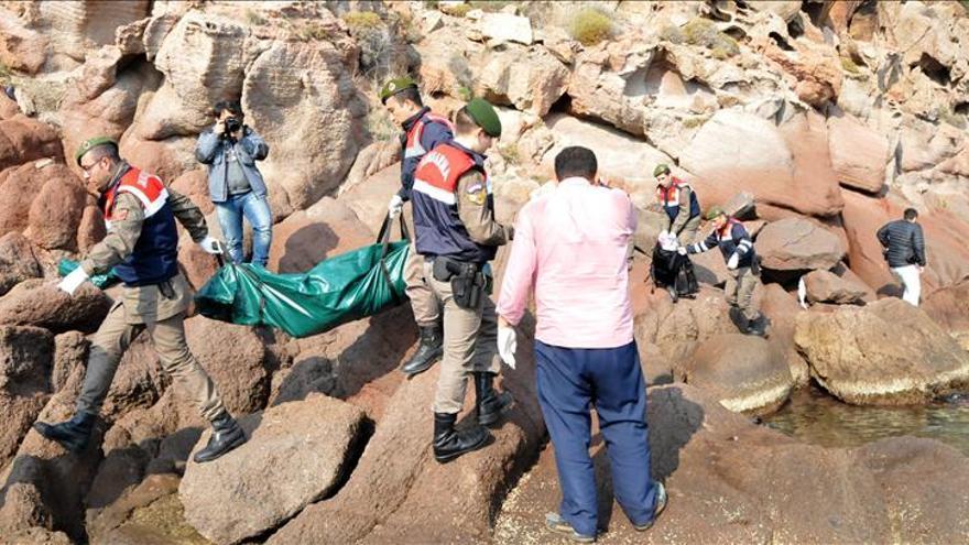 Soldados turcos trasladan los cadaveres de varios de los refugiados que han fallecido ahogados cuando trataban de alcanzar las costas de Turquía, este 30 de enero.