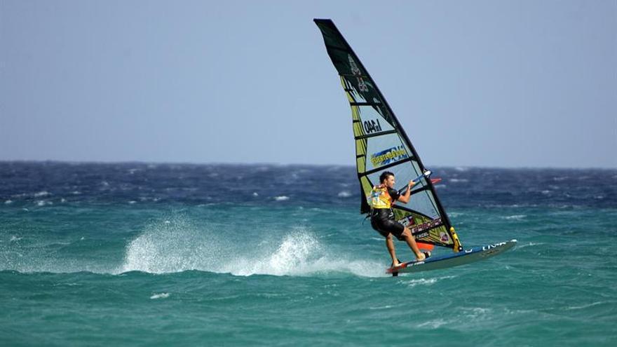 El italiano Matteo Iachino al cruzar la meta como ganador en la final de slalom de windsurf de Fuerteventura