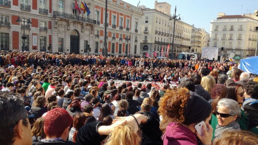 Desenes de persones es concentren a la Puerta del Sol de Madrid per lluitar contra la violència masclista