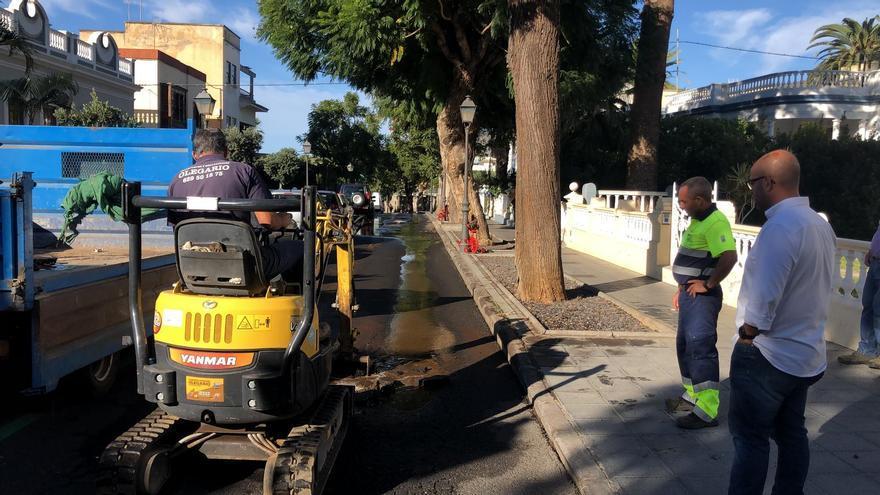 La rotura se ha registrado en el tubo de la red de agua situado en la calle Tanausú (en la imagen).