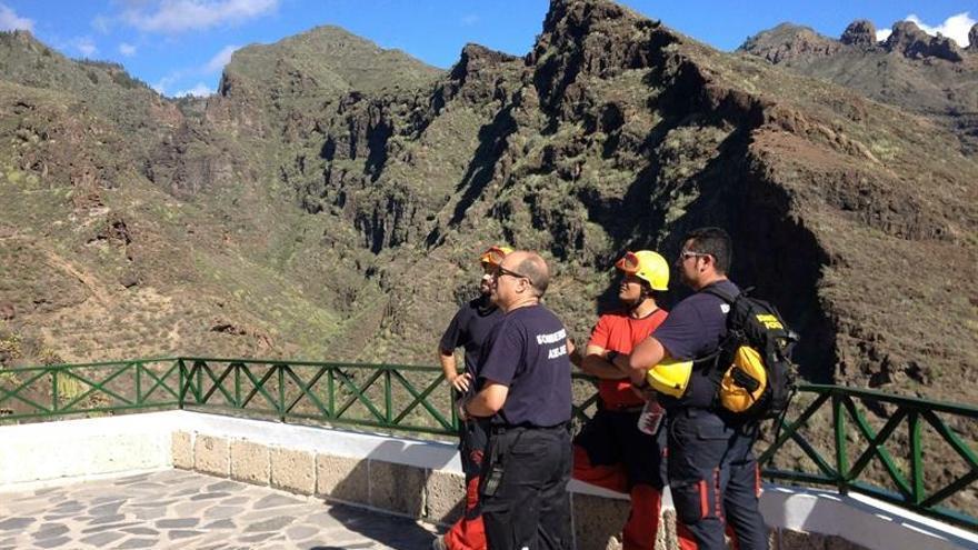 Efectivos del cuerpo de bomberos en la ladera del Barranco del Infierno, donde una mujer ha fallecido por un desprendimiento / Cristobal García-Efe