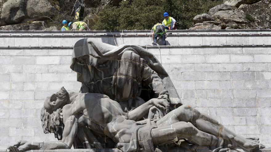 Trabajos para rehabilitar la estatua La Piedad, del Valle de los Caídos. en 2010