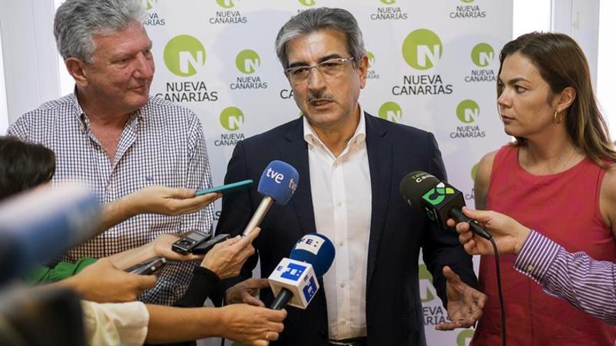 El presidente de Nueva Canarias (NC), Román Rodríguez, junto al diputado electo Pedro Quevedo y la senadora electa María José López. EFE/Ángel Medina G.