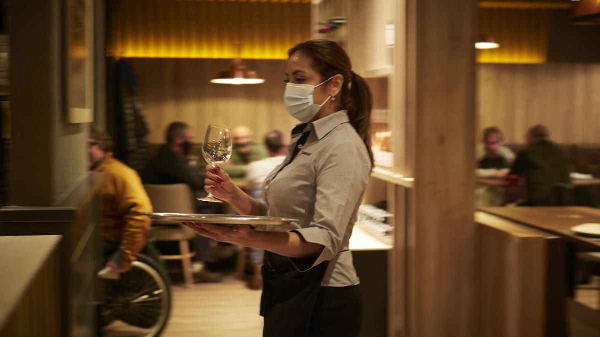 Una camarera en el restaurante El Burladero, en Pamplona, Navarra (España).