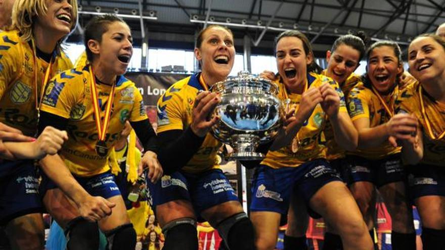 Las jugadoras del Rocasa con la Copa de la Reina. FOTO: @RFEBalonmano