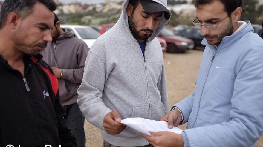 Algunas de las personas de nacionalidad siria que han pedido asilo sostienen el documento que han entregado en la Delegación del Gobierno en Melilla.   José Palazón - Prodein