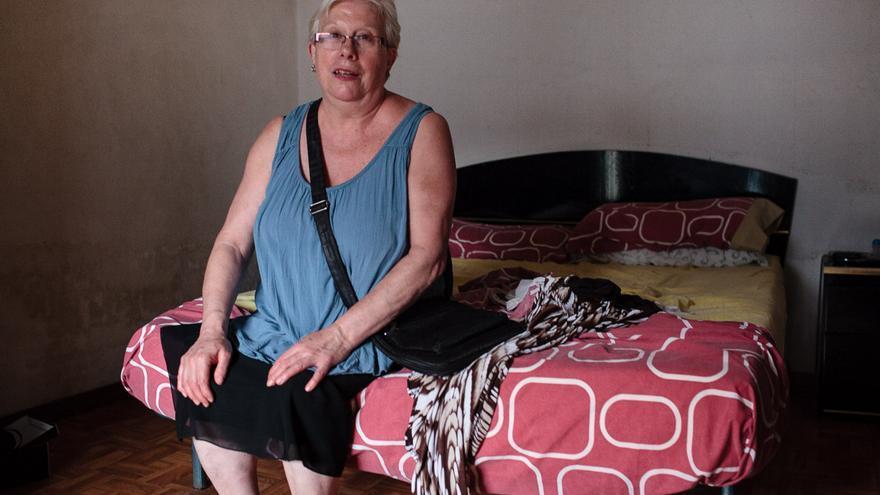 Montserrat Comas, en su habitación. En este punto de la casa nació ella hace 65 años. /ENRIC CATALÀ