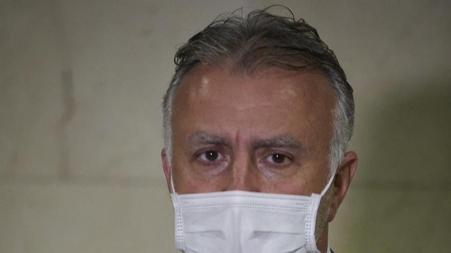 Archivo - El presidente de Canarias, Ángel Víctor Torres, ofrece declaraciones a los medios