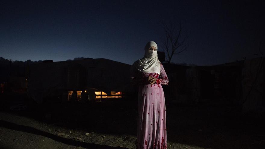 Hened. © UNICEF/UNI198627/Aggio Caldon Hened, refugiada siria, frente a la tienda de campaña en la que vive en Líbano. Con solo 14 años, ya es viuda.