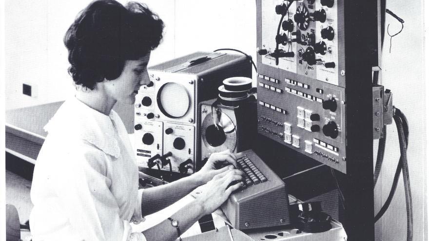 Mary Allen Wilkes, trabajando con el LINC en una imagen de 1963