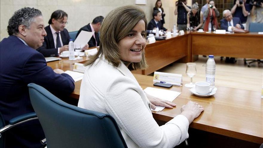 Fátima Báñez en una reunión con el grupo de expertos. EFE