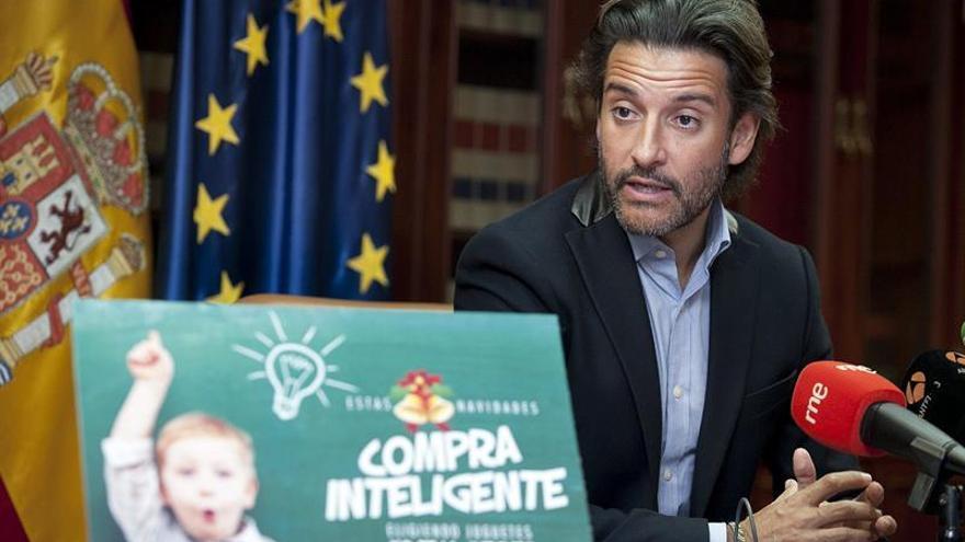 El director general de Comercio y Consumo del Gobierno de Canarias, Gustavo Matos, en la presentación de la campaña 'Compra Inteligente' con la que se pretende concienciar sobre la compra de juguetes en estas fechas navideñas. EFE/Ramón de la Rocha